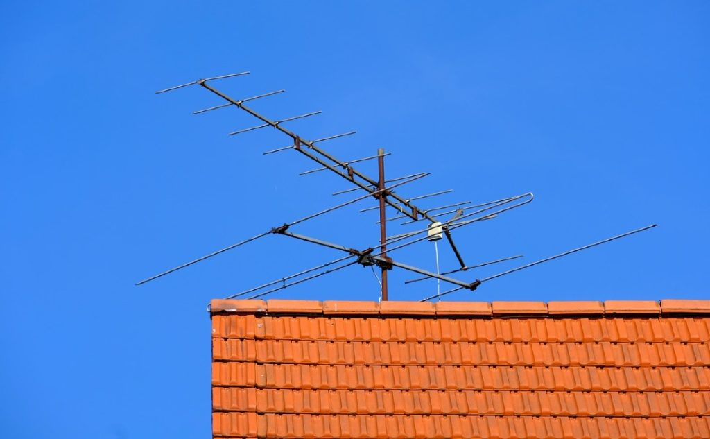 tv antenna on  a house rooftop